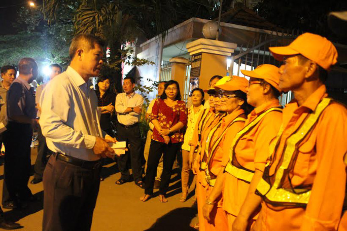 Ông Cao Văn Minh, Phó Bí thư quận ủy quận 9, TP HCM, chúc Tết công nhân vệ sinh