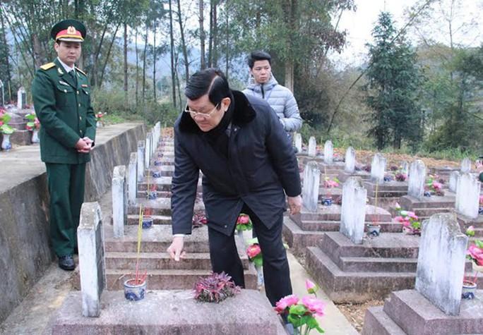 Chủ tịch nước Trương Tấn Sang và các thành viên trong đoàn đã thắp hương từng ngôi mộ