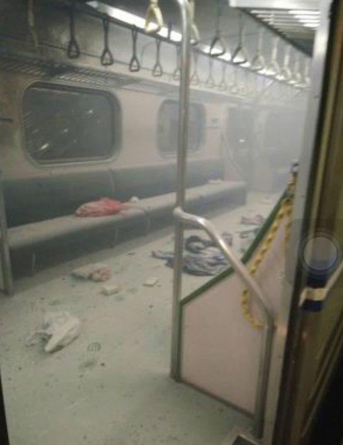Hiện trường vụ nổ bên trong toa tàu. Ảnh: CCTV
