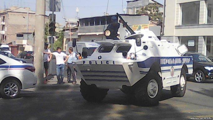Xe bọc thép cũng có mặt trước trụ sở cảnh sát. Ảnh: Twitter