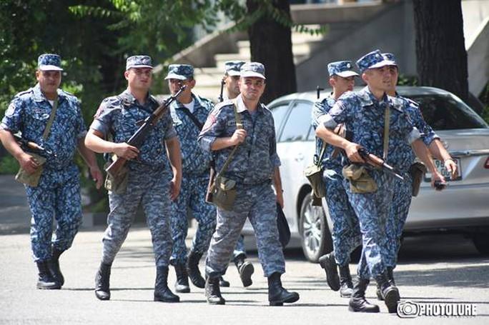 Lực lượng an ninh được điều động đến hiện trường. Ảnh: Twitter