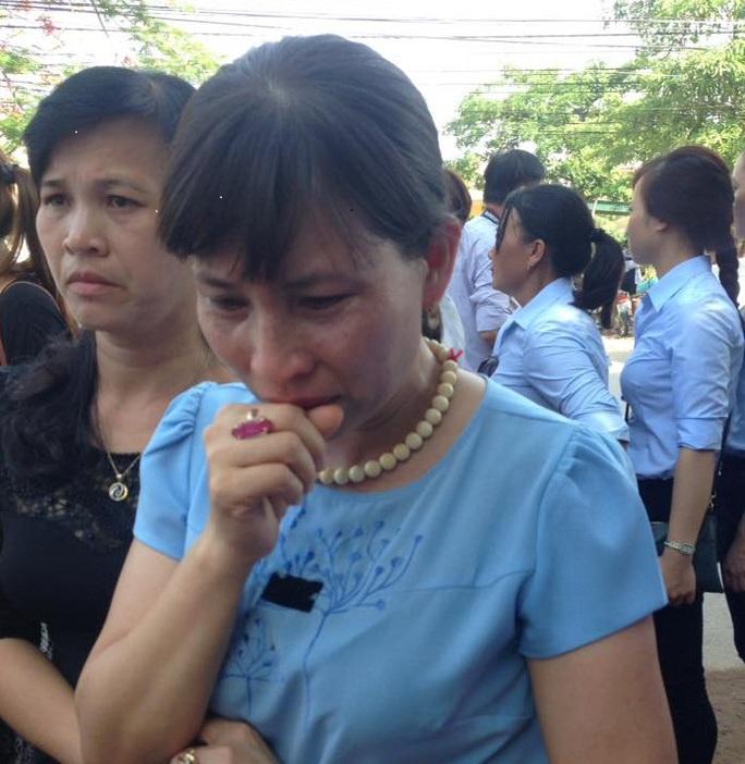Cô giáo Lê Thị Hưng đã không cầm được nước mắt khi đến viếng đại tá phi công Trần Quang Khải