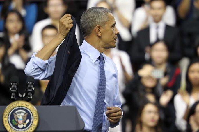 Tổng thống Obama cởi áo trước khi bắt đầu tiếp nhận các câu hỏi về hàng loạt vấn đề nóng của các bạn trẻ, từ chính trị tới cả những câu chuyện cá nhân. Ảnh: Hoàng Triều