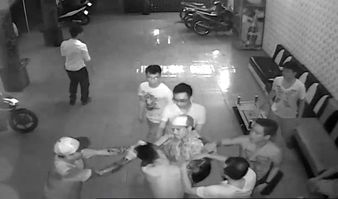 Nhóm côn đồ đánh hội đồng anh Thế Anh (hình cắt từ camera)