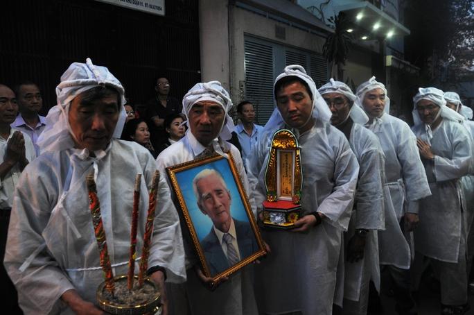 Các con của Soạn giả NSND Viễn Châu đã tề tựu tiễn đưa cha về nơi an nghỉ cuối cùng