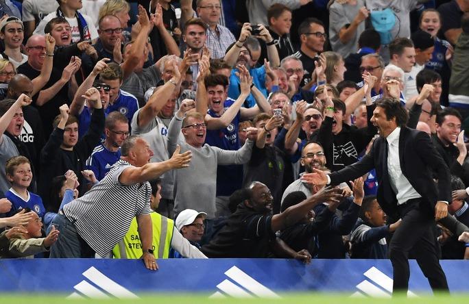 HLV Conte chia vui cùng các CĐV The Blues