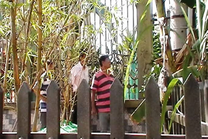 Điều tra viên đã phát hiện điểm đột nhập đầu tiên của hung thủ vào biệt thự tại góc hàng rào này