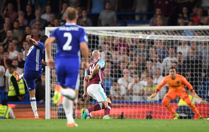 May choe Chelsea là Diego Costa đã kịp tỏa sáng với pha dứt điểm tương tự Ibrahimovic của M.U trước đó 2 ngày
