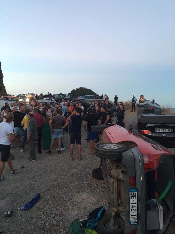 Cuộc ẩu đả bạo lực diễn ra trên bãi biển. Ảnh: Twitter
