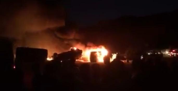 3 chiếc xe bị đốt trong vụ ẩu đả. Ảnh: Twitter