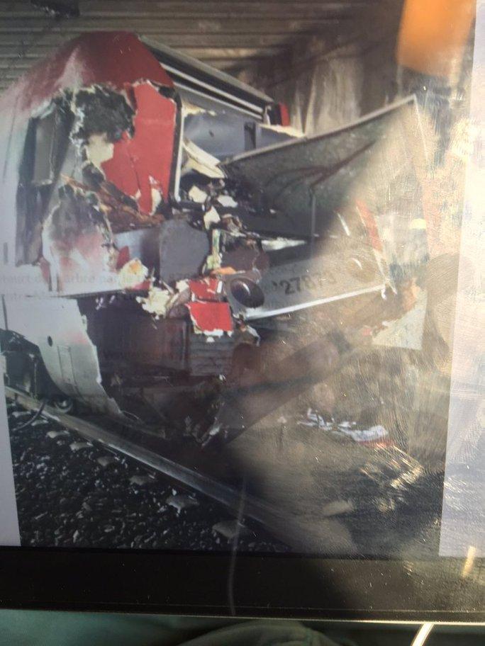 Đầu xe lửa bị hư hại nặng. Ảnh: Twitter