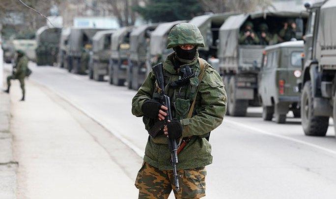 Thiết bị quân sự của Nga được cho là đã tiến vào gần Armiansk và Dzhankoy. Ảnh: REUTERS