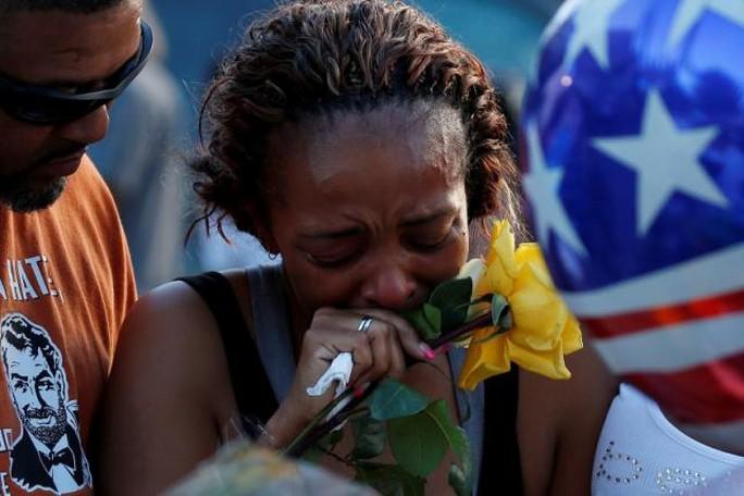 Cô Keaka Wallace, người nói mình đã cùng tuần tra với cảnh sát bị giết hại Brent Thompson, nức nở trong lễ tưởng niệm tại sở cảnh sát Dallas hôm 8-7. Ảnh: Reuters