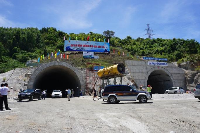 Các xe di chuyển hơn 4 km trong hầm và ra khỏi hầm ở xã Đại Lãnh, huyện Vạn Ninh, tỉnh Khánh Hòa