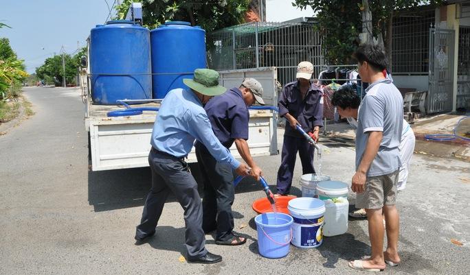 Công ty TNHH một thành viên Cấp thoát nước Kiên Giang phải dùng xe tải chở nước cung cấp cho người dân ở một số phường trong TP Rạch Giá sau nhiều ngày thiếu nước sinh