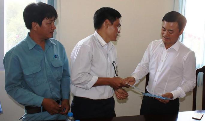 Ông Bùi Xuân Cường, Bí thư Đảng ủy - Giám đốc Sở Giao thông vận tải TP HCM, trao quà Tết cho CNVC-LĐ có hoàn cảnh khó khăn ẢNH: KHÁNH AN