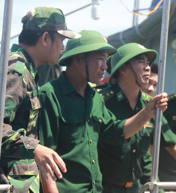 Thiếu tá Cường (giữa) trở về trong vòng tay đồng đội. Sức khỏe anh khá tốt