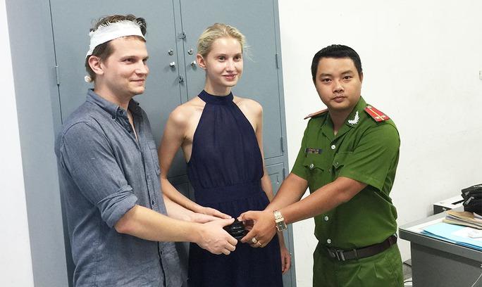 Lực lượng công an trao trả tài sản cho anh Sapastian Gretx bị cướp chém giữa Sài Gòn