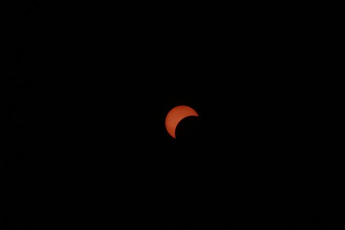 Càng về sau, màu đỏ nhạt dần qua màu vàng, hình dáng mặt trời cũng thay đổi.