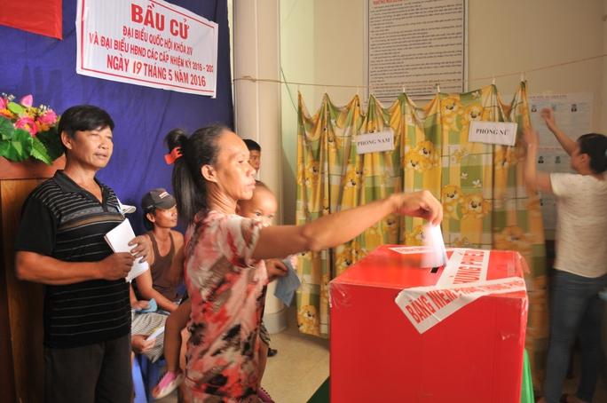 Cử tri ở xã đảo Thổ Châu bỏ phiếu chọn những người đủ tài, đức