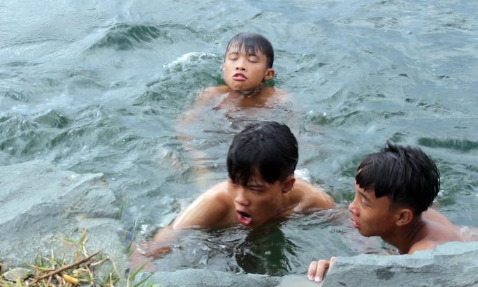 Nhiều em nhỏ còn xô đẩy, đùa giỡn bằng cách nhấn chìm nhau dưới nước. Khoảng cách từ giữa hồ lên bờ khá xa nên nhiều em nhỏ bị đuối sức khi bơi vào phải nhận được sự hỗ trợ của bạn bè.