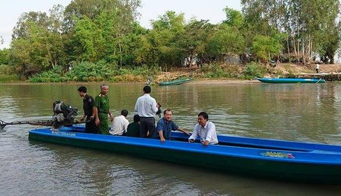 Đại tá Lê Văn Tiền, Phó Giám đốc Công an tỉnh An Giang cũng trực tiếp tới hiện trường để xử lý vụ việc.