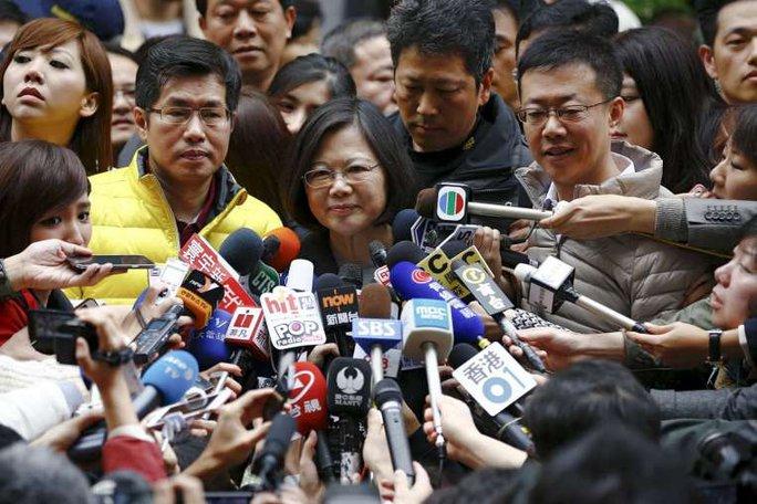 Bà Thái Anh Văn trong vòng vây báo đài. Ảnh: Reuters