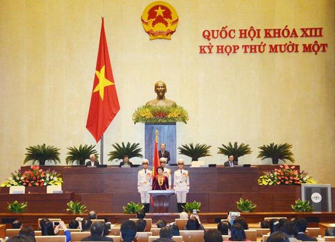 Nhiều ĐBQH dùng điện thoại, iPad chụp hình lúc tân Chủ tịch QH Nguyễn Thị Kim Ngân tuyên thệ nhậm chức