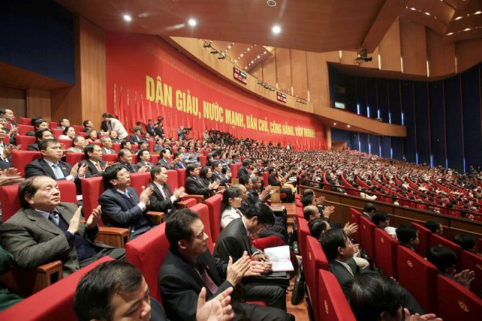 Các đại biểu nghe ông Đặng Ngọc Tùng trình bày tham luận