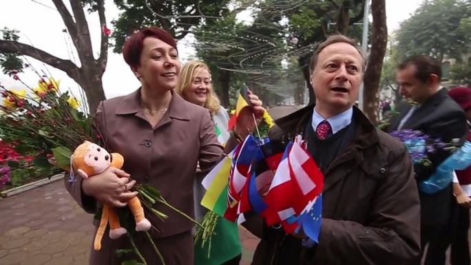 Đại sứ EU cùng đại sứ các nước châu Âu bên Hồ Gươm trong một sự kiện trước Tết Bính Thân