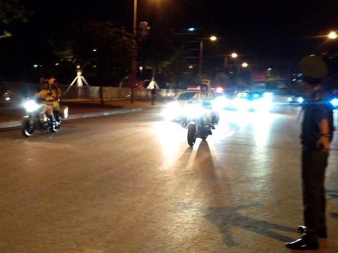 Xe CSGT hộ tống đoàn rời khách sạn