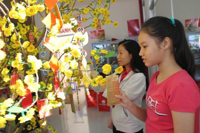 Công nhân hái lộc đầu năm tại Nhà Văn hóa Lao Động Tân Bình