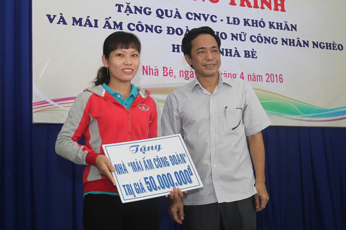Ông Đỗ Danh Phương, Tổng Biên tập Báo Người Lao Động, trao mái ấm Công đoàn cho nữ công nhân Võ Thị Ánh Hồng Ảnh: HOÀNG TRIỀU