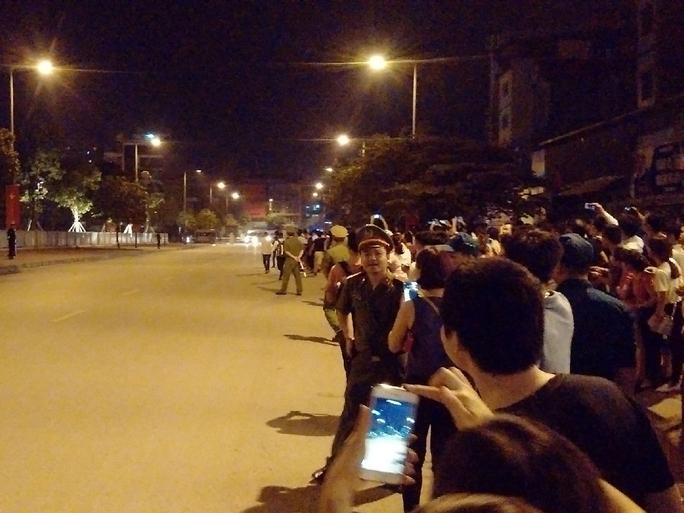 Hàng trăm người dân đã chờ nhiều giờ trước cửa khách sạn nhưng đã không chứng kiến Đoàn xe của Tổng thống Obama