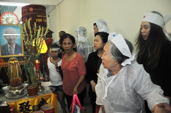 Bà Nguyễn Thị Đạo trong phút giây tiễn biệt Soạn giả NSND Viễn Châu