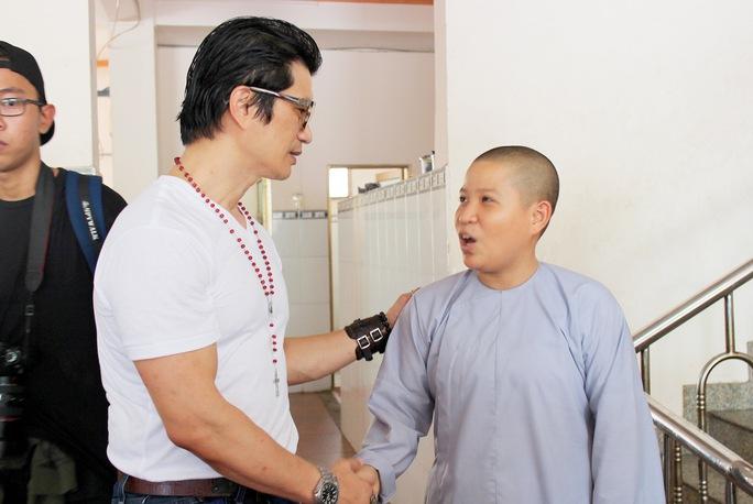 Dustin Nguyễn ghé thăm chùa