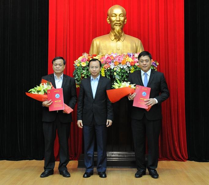 Bí thư Thành ủy Đà Nẵng Nguyễn Xuân Anh (giữa) trao quyết định điều động, bổ nhiệm cho hai ông Võ Ngọc Đồng (trái) và Đào Tấn Bằng(phải). (Ảnh Nở Văn )
