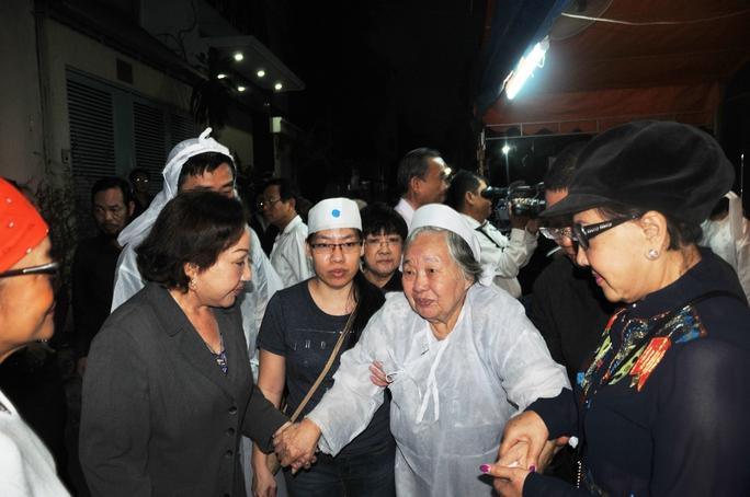 Các nghệ sĩ: Hồng Nga, Tú Trinh, Lệ Thủy chia buồn với bà Nguyễn Thị Đạo