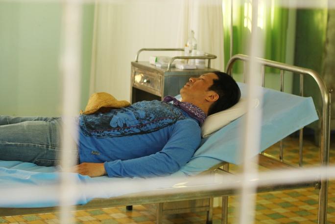 Đạo diễn Dustin Nguyễn trong trạm y tế