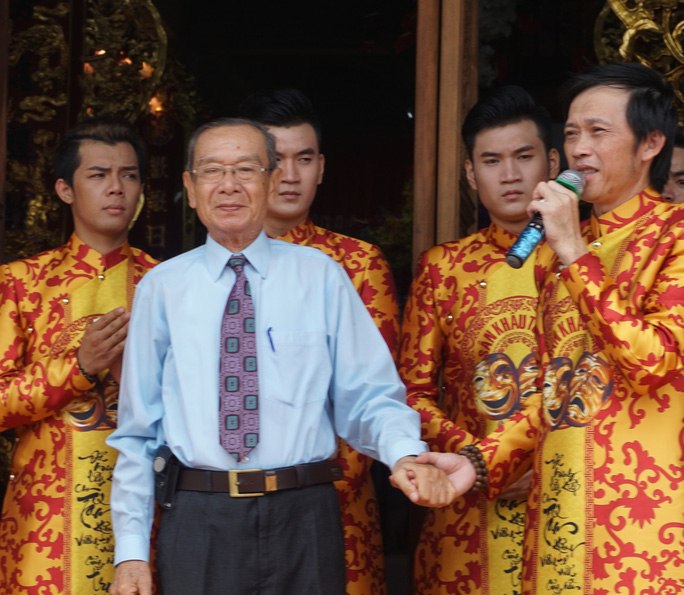 NSƯT Hoài Linh và NSND Đinh Bằng Phi trong ngày khánh thành Đền thờ Tổ