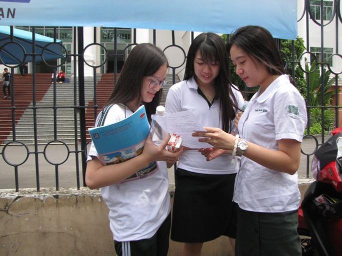 Những thí sinh đầu tiên rời khỏi phòng thi sau khi hoàn thành môn địa lý. Ảnh: Lê Thoa