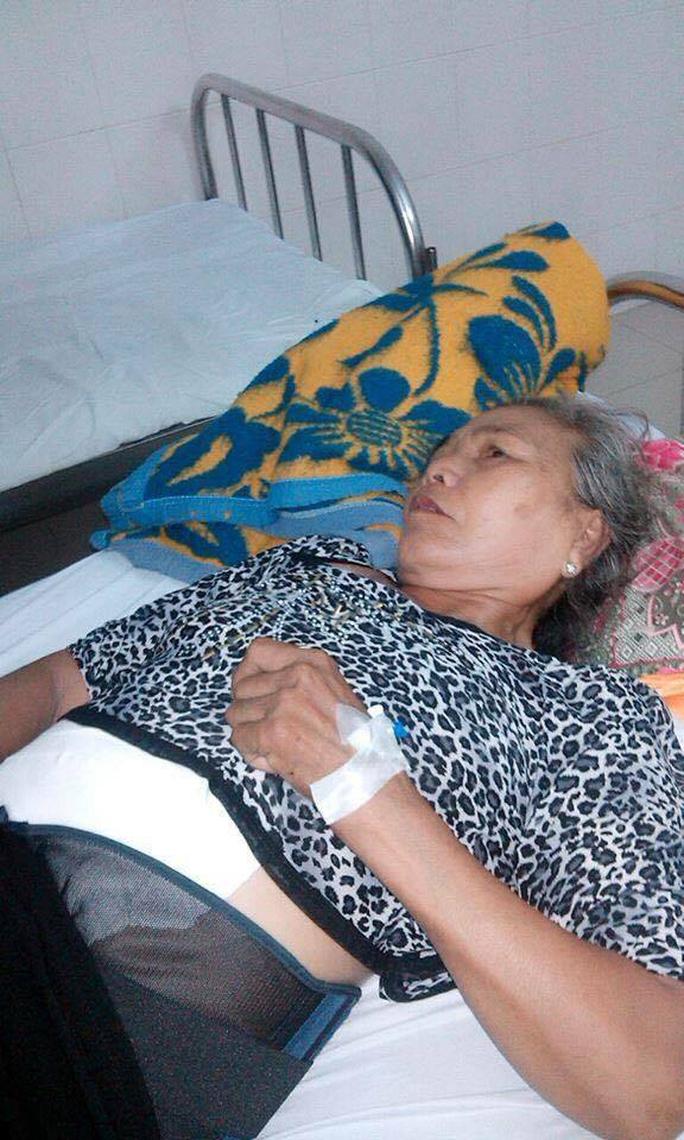 Bà Bùi Thị Phương (mẹ bị hại Ngô Thanh Kiều) đang được cấp cứu tại bệnh viện mong phiên tòa sớm được xét xử Ảnh: HỒNG ÁNH