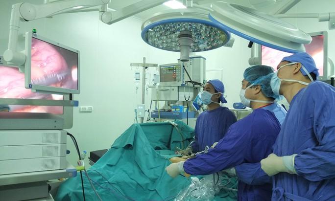 Phòng mổ với các thiết bị hiện đại của Bệnh viện Việt Đức được đầu tư từ nguồn xã hội hóa, giúp người bệnh được sử dụng các kỹ thuật tiên tiến