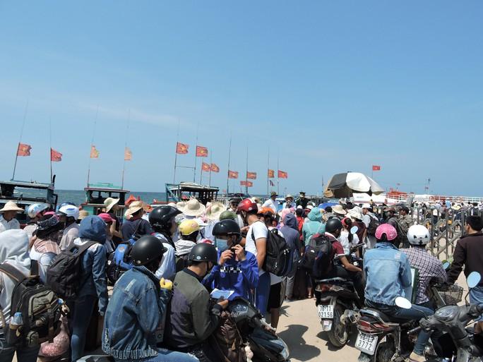Hàng ngàn du khách chờ tàu vào đất liền trên Cảng Lý Sơn.