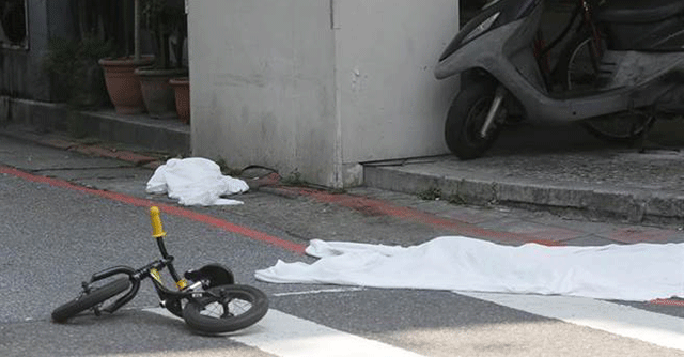 ...và chiếc xe đạp của bé gái 4 tuổi nằm chỏng chơ. Ảnh: China Times