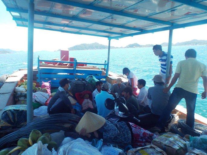 Chở hàng và người qua đảo Bình Ba