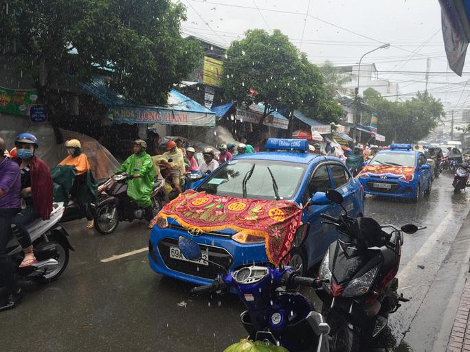 Đoàn xe đưa tang gia đình thầy Tiên trong mưa