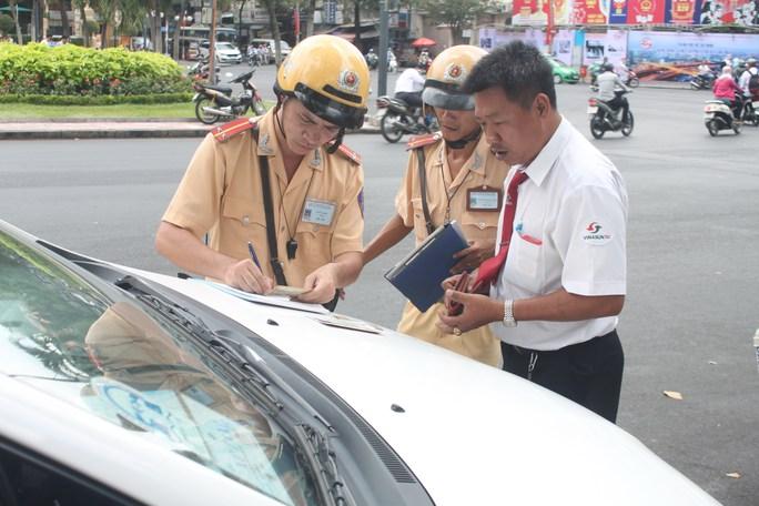 Lực lượng PC67 đang lập biên bản tài xế taxi vi phạm vào sáng 28-4