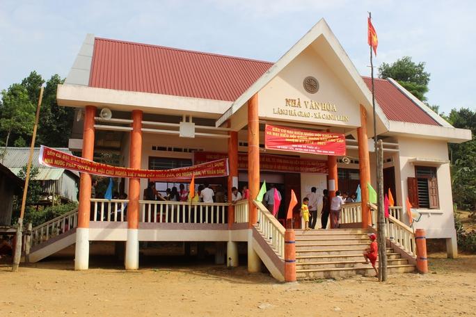 Đồng bào làng Hà Giao đến nhà văn hóa thôn bỏ phiếu