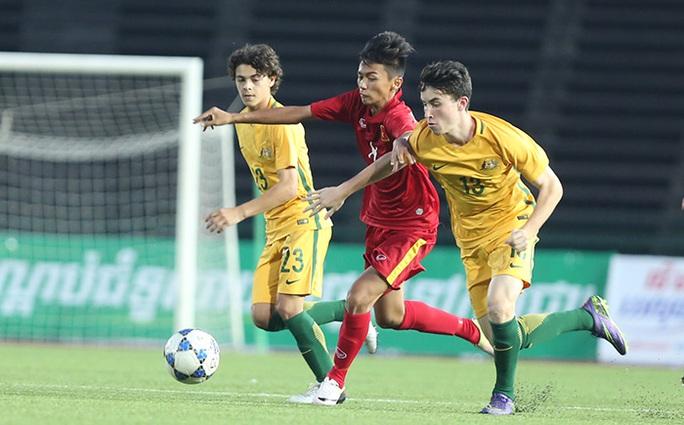 Nhờ thể hình không thua kém đối thủ, các học trò HLV Đinh Thế Nam liên tục gây khó khăn cho hàng thủ U16 Úc